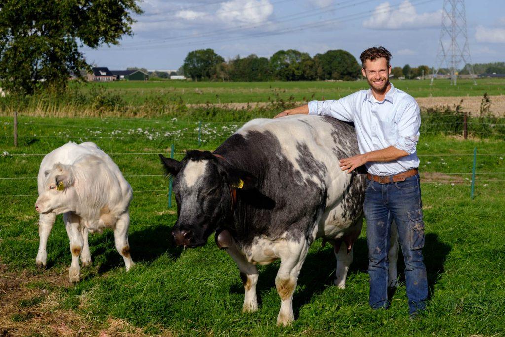 Boer Robert met koe